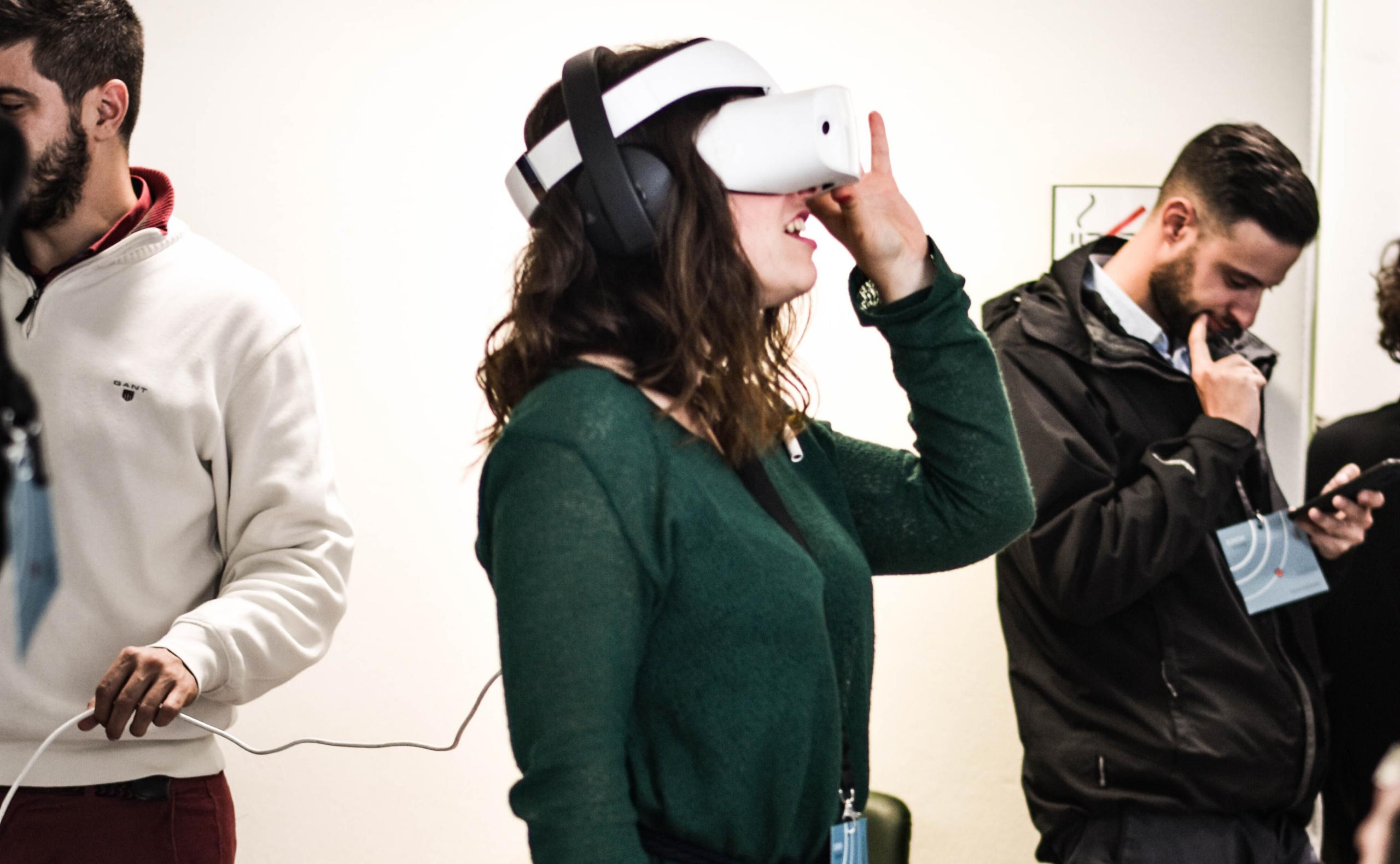 garota utilizando VR